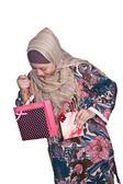 美丽的穆斯林女人与明亮的彩色购物袋 — 图库照片