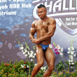 TOA PAYOH, SINGAPORE - MARCH 24 : Shahanizar Bin Johar flexing his muscle in the bodybuilding category for the Strongman Challenge 2012 on March 24, in Toa Payoh Hub, Singapore. — Foto Stock