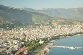 La città su un pendio delle montagne e la costa del mar — Foto Stock