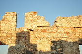 Blue sky and wall ruins — Stock Photo