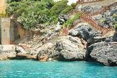 Kamenné moře pobřeží s žebříkem v moři — Stock fotografie