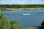 Motorlu tekne nehirde yüzüyor — Stok fotoğraf