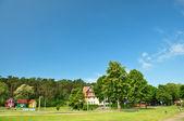 Modrá obloha nad malé chaty — Stock fotografie