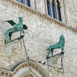Bronze statues of a winged Griffin and a lion in Perugia — Stock Photo #12538136