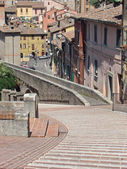 Stairs and ancient Roman aqueduct — Stock Photo