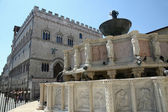 Marble Fontana Maggiore and the palace in Perugia — Stock Photo