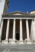 Tall columns of the ancient temple of Minerva in assisi — Stock Photo