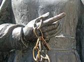 Mano de una estatua con cadenas y candados — Foto de Stock