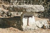 Altar geformte kreuz über tau in assisi — Stockfoto