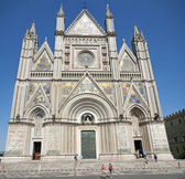 Entire shining facade of the Duomo of Orvieto — Stock Photo