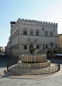 Ancient Fontana Maggiore and the Town Hall — Stock Photo