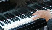 Hand of a pianist that plays the white and black keys on piano — Stock Photo