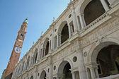 Basilique palladienne avec haute tour dans le centre de vicence — Photo
