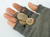 бедный человек собирает милостыни от нескольких евро в его перчатка — Стоковое фото