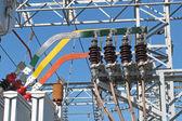 Barras de cobre y aislantes de los transformadores de electricidad en un elec — Foto de Stock