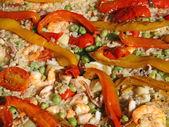Arroz con camarones y pulpo pescado pimientos y guisantes — Foto de Stock