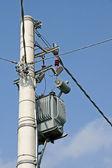 Transformador eléctrico montado en un poste de corriente eléctrica — Foto de Stock