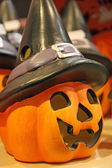 Dynia z charakterystyczny czarny czarownica kapelusz porcelany — Zdjęcie stockowe