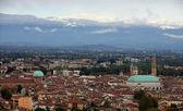 Wspaniały widok na miasto z śniegu ograniczona góra — Zdjęcie stockowe