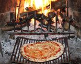 Pizza margherita pečené v ohni krb tave — Stock fotografie