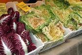 Satılık balıkçı dan taze mevsim sebzeleri ile kutuları — Stok fotoğraf