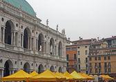 Basilica palladiana i vicenza med lokal marknad — Stockfoto