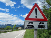 Signe de piste d'avertissement et de franchissement d'un passage à niveau — Photo