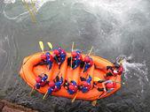 Tollkühnen sportler während des abstiegs mit dem boot — Stockfoto