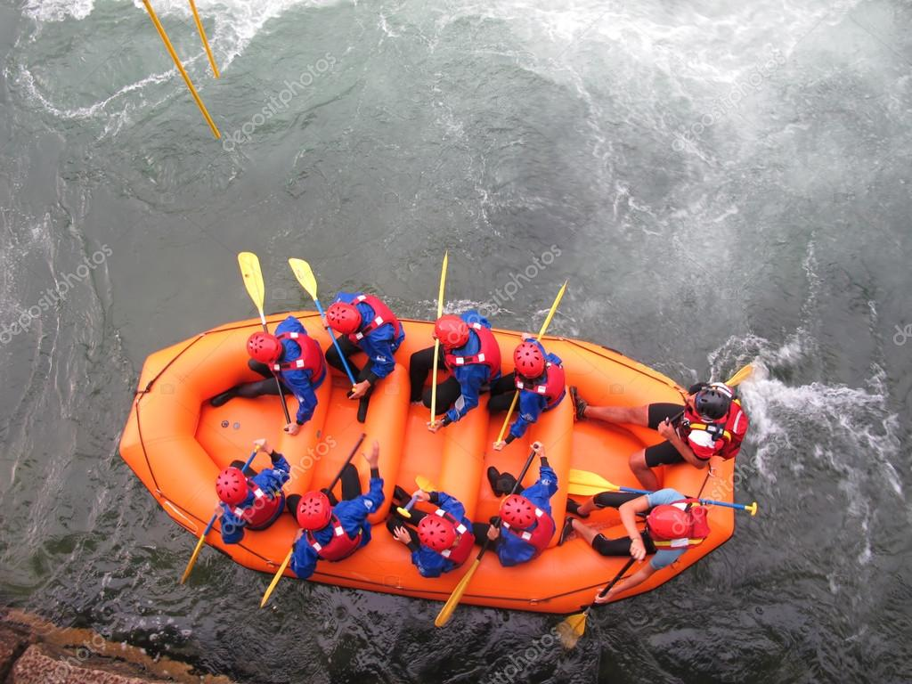Daredevil athletes during the descent with the boat along an impetuous torrent — Stock Photo #16610957