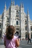 Kleines mädchen mit rosa kleid, blick auf die kathedrale von mailand, italien — Stockfoto