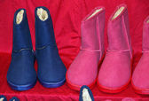 Blue and purple boots for sale at the market — Stock Photo