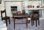 Sillas y mesas de una reconstrucción de una antigua italiana guisantes — Foto de Stock