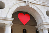 Red heart hung at the Basilica Palladiana in the Piazza dei Sign — Stock Photo