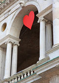 Red hearts hung at the Basilica Palladiana in the Piazza dei Sig — Stock Photo