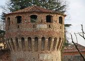 Torre de ladrillo medieval antigua para la defensa de la ciudad — Foto de Stock