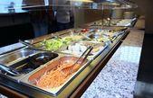 Serveringsbricka med grönsaker i den asiatiska restaurangen under den — Stockfoto