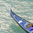 Gondola in Venice with hat navigating the Grand Canal — Stock Photo