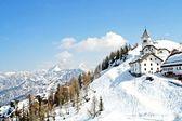 梦幻般的偏远山区村冬季 — 图库照片