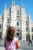 Little girl with the pink jersey that looks at the Milan Cathedr — Stock Photo