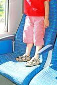 ребенка стоя на места поезда — Стоковое фото