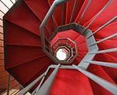 Trappa järn spiral med eleganta röda mattan och spiral — Stockfoto