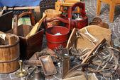 Hink och andra saker till salu i den antika marknaden — Stockfoto