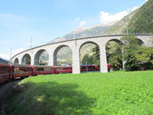 美丽的瑞士山脉 5 周围的红色列车 — 图库照片