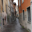 Narrow street with houses and housing part for part in a Italian — Stock Photo