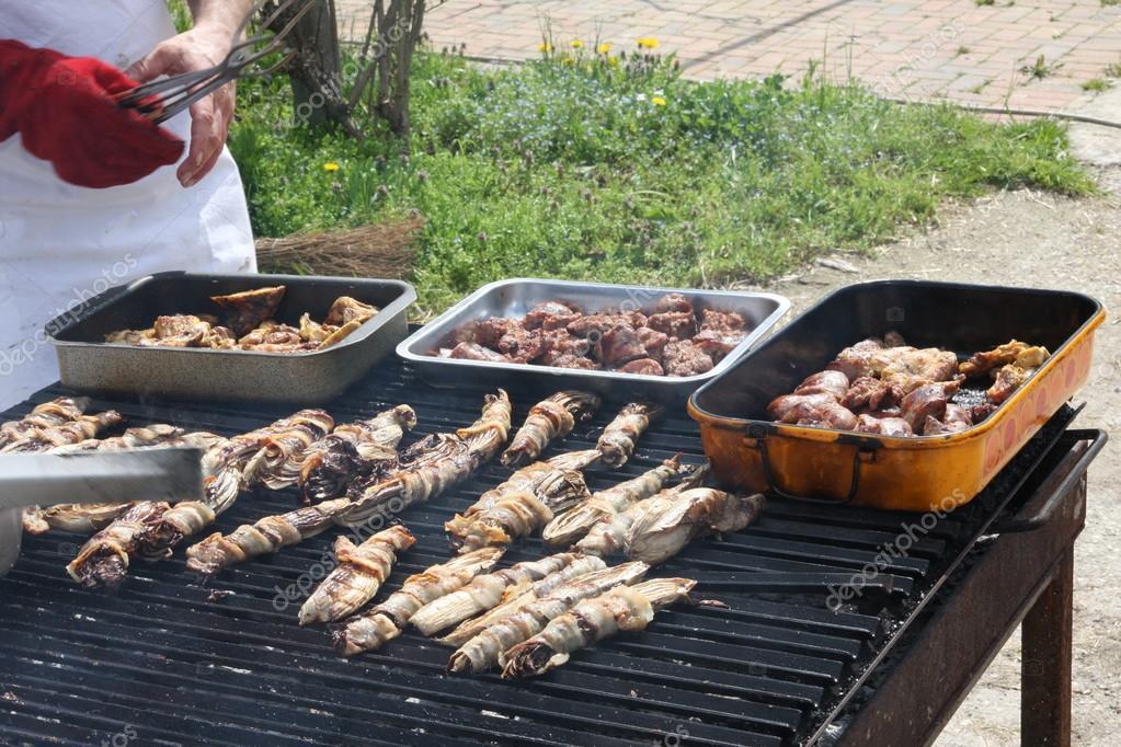 Cuoco durante la cottura in un barbecue allaperto per - Si usa per cucinare 94 ...