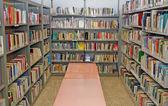 Offentligt bibliotek med många böcker att låna — Stockfoto