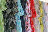 Scarves and fuoulard of all colors on sale at the market — 图库照片