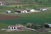 在威尼托与公民房屋和田地的 pianura padana 和 — 图库照片