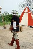 Soldado con traje medieval entablaron un combate cuerpo a cuerpo — Foto de Stock