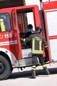 Brandweerlieden voorbereiden voor de hulpprogramma's van de vrachtwagen tijdens een serio — Stockfoto
